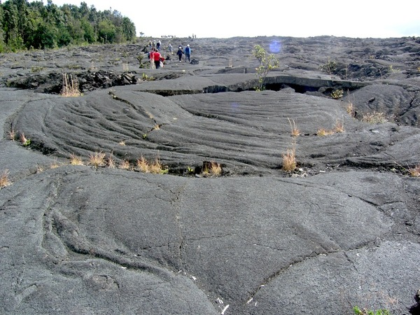 A pahoehoe lava flow that has engulfed the (former) western slope of Pu'u Huluhulu. Photo: Chris Rowan, 2012.