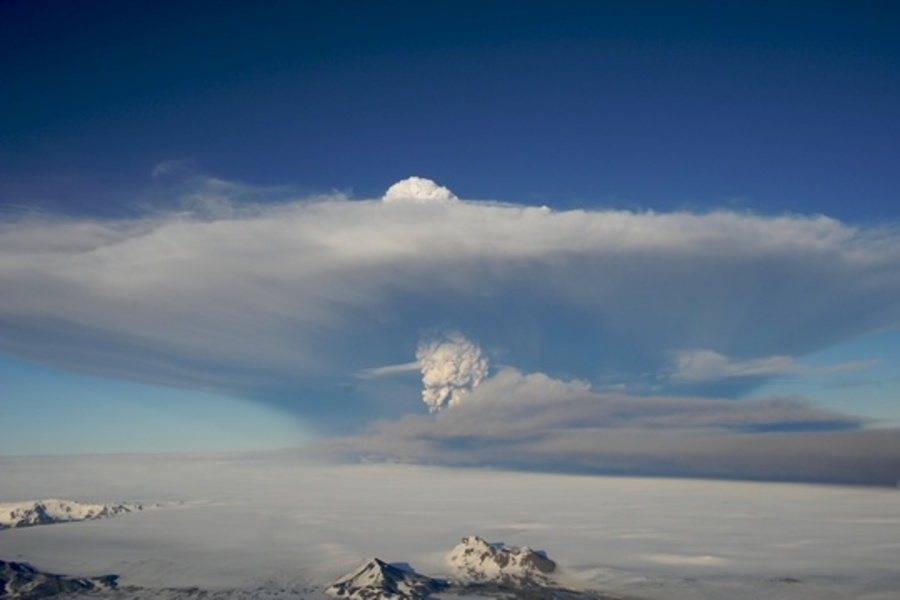 The eruption plume from the Grímsvötn eruption.  The top part travels north, but is mainly steam.  Most of the tephra travels south in the lower part of the plume.  Photograph by Ólafur Sigurjónsson í Forsæti.